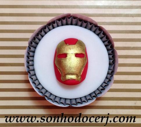 Cupcake Vingadores! Máscara Homem de Ferro em alto relevo ()