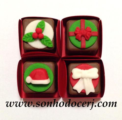 Bombons Modelados Natal! Arranjo Natalino com fundo redondo (3), Presente redondo (3), Gorro do Papai Noel (3), Laço com fundo redondo (2)