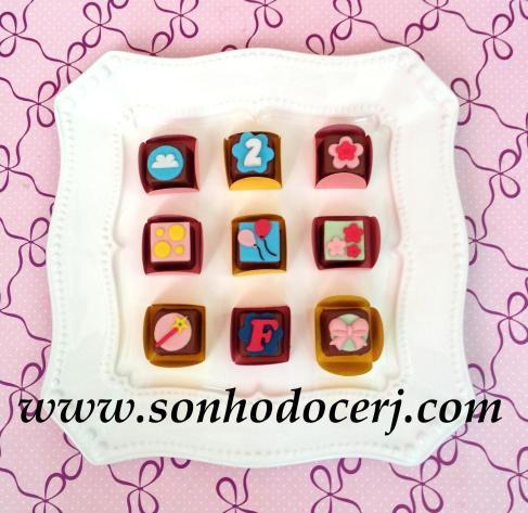 Bombons Modelados Peppa Pig! Nuvem (2), Número com fundo em flor (2), Florzinha (1), Bolinhas (3), Balões (3), Trio de Florezinhas (2), Varinha de Condão (3), Letra com fundo em flor (2), Lacinho (2)