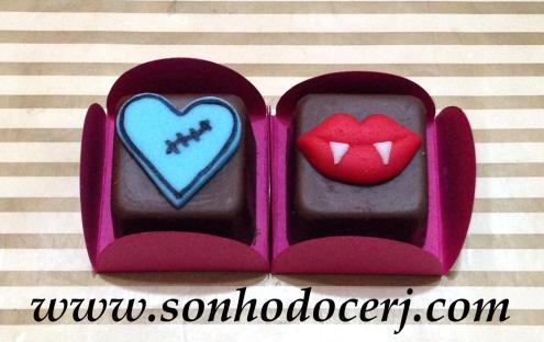 Bombons Modelados Monster High! Coração com cicatriz (2), Boquinha de vampira (2)
