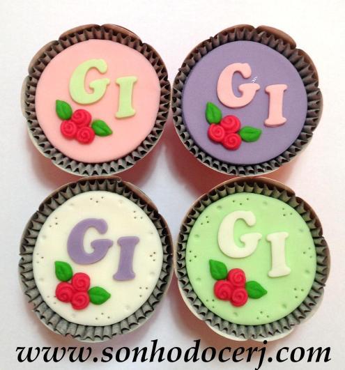 Cupcake Iniciais com Trio de rosinhas! (D)