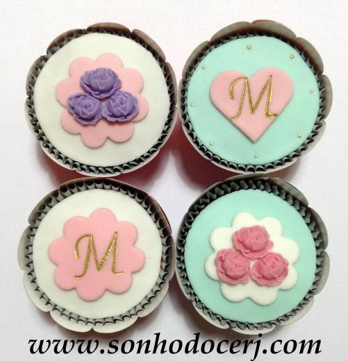 Cupcakes! Trio de rosas com fundo em flor (D), Coração ou Flor com Inicial (D)