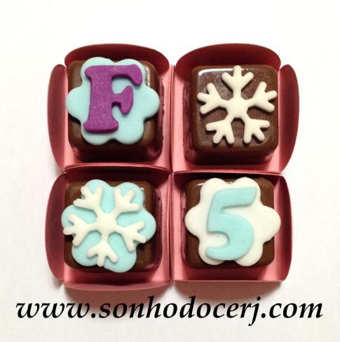 Bombons Modelados Frozen! Letra com fundo flor (2), Floco de Neve (1), Floco de neve com fundo flor (2), Número com fundo flor (2)