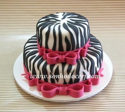 Bolo zebra com laço! Listras cortadas com bisturi em açúcar e aplicadas no bolo uma a uma! (Cód: B102)