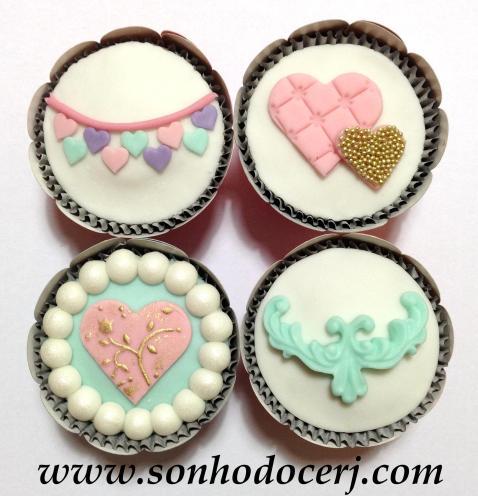 Cupcakes Vintage! Bandeirinhas de coração (E), Par de corações (D), Coração com pérolas ao redor (E), Arabesco (C)
