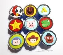 """Cupcakes """"Toy Story""""! Buzz (), Woody (), Sr. Batata (), Estrela do xerife com letra rebaixada (), Porco (), Dinossauro (), Trança Jessie (), Chapéu do Woody (), Letra ou número com nuvens ()"""