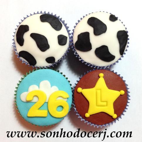 Cupcakes Toy Story! Estampa de vaca (D), Número com nuvem (D), Estrela do xerife com letra rebaixada (C)