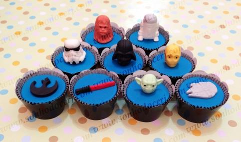Cupcakes Star Wars! Chewbacca cabecinha 3D (), Robô R2-D2 3D (), Stormtrooper (), Darth Vader (), Robô C-3PO cabecinha 3D (), Símbolo Jedi (), Sabre de luz (), Mestre Yoda cabecinha 3D (), Nave Star Wars ()