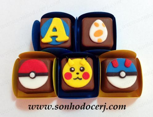 Bombons modelados Pokémon! Letra ou número com fundo redondo (2), Ovo (2), Pokebola vermelha (5), Pikachu (8), Pokebola azul (5)