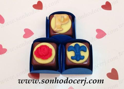 """Bombom Modelado """"A Bela e a Fera""""! Letra dourada (2), Rosa (2), Flor de Lis (2)"""