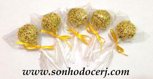 Cake Pops com granulado amarelo!