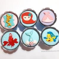 """Cupcakes """"Pequena sereia""""! Silhueta Ariel com moldura (8,00), Rostinho Ariel baby (9,00), Vestido Ariel (8,00), Sebastião (10,00), Cauda com conchas (8,00), Linguado (10,00)"""