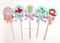 """Pirulitos de chocolate """"Pequena sereia""""! Silhueta Ariel com moldura (7,00), Rostinho Ariel baby (8,00), Vestido Ariel (7,00), Sebastião (9,00), Cauda com conchas (7,00), Linguado (9,00)"""
