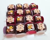 Bombom Modelado! Trio de florzinhas rosê gold com folhinha (6,00) / Letra ou número rosê gold com fundo flor (6,00)
