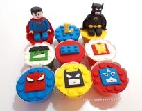 """Cupcakes """"Lego Heróis""""! Homem aranha (10,00), Batman (10,00), Capitão América (10,00), Hulk (10,00), Pecinha Lego (7,00), Homem de ferro (10,00), Super-homem 3D (27,00), Letra 3D com bolinhas (8,00), Batman 3D (27,00)"""