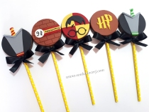"Pirulitos de chocolate ""Harry Potter""! Uniforme Gryffindor (9,00), Estação 9 3/4 (8,00), Harry Potter rosto (9,00), Logo HP (7,00), Uniforme Sonserina (9,00)"