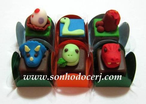 Bombons Modelados Dinossauros!! Ovo (2), Braquiossauro Chapado (2), Vulcão (2), Tricerátopo 3D (6), Braquiossauro 3D (5), T-Rex (6)