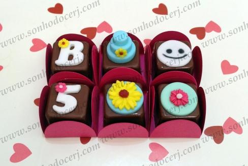 Bombons Modelados Frozen Fever!! Letra com florzinha (2), Bolo 3D (5), Carinha Snowgie (3), Número com florzinha (2), Girassol Anna (3), Florzinha Elsa (3)