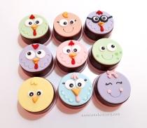 Cupcakes Galinha Pintadinha em candy colors! Pintinho (11,00), Galinha Pintadinha (11,00), Borboletinha (11,00), Galo (11,00), Galinha rosa (11,00), Sapo (11,00), Galinha Verde (11,00), Baratinha (11,00), Galinha roxa de óculos (11,00)