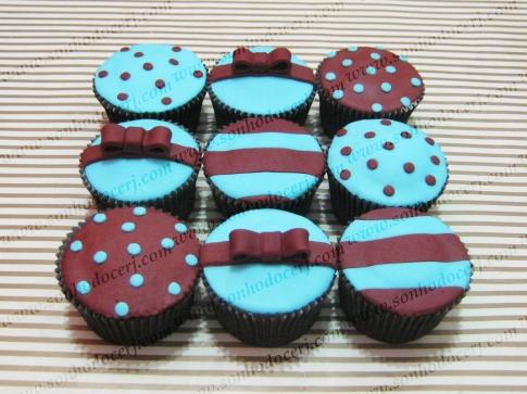 Cupcakes Azul e Marrom! Bolinhas (B), Listras (B), Lacinho 3D (C)