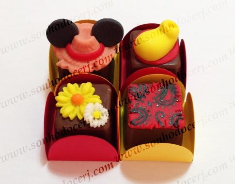 Bombom Modelado! Festa Junina do Mickey! Chapéu de palha com orelhas do Mickey (6), Sapato Mickey (2), Dupla de Margaridas (2), Retalho estampado (5)