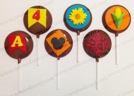 Pirulitos de Chocolate! Festa Junina do Mickey! Bandeirinha com letra (P3), Bandeirinha com número (P3), Retalho com silhueta do Mickey (P3), Margarida (P3), Retalho estampado (P5), Milho (P5)