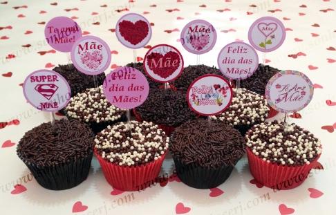 Cupcakes Dia das Mães cobertos com confeito e decorados com Topper personalizado!