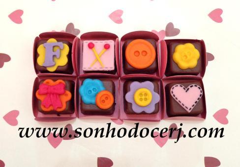 Bombons Modelados Lalaloopsy! Letra com fundo flor (2), Alfinetes (3), Botão simples (1), Botão em flor (1), Laço com fundo flor (2), Dupla de botões (2), Botão com fundo flor (2), Coração com pespontos (2)