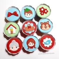 """Cupcakes """"Chapeuzinho Vermelho""""! Vovó (), Chapeuzinho vermelho (), Passarinho (), Casa da vovó (), Cesta plana (), Lobo plano (), Laço grande (), Caçador (), Trio de flores cor única ()"""