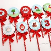 """Pirulitos de chocolate """"Chapeuzinho Vermelho""""! Vovó (8,00), Chapeuzinho Vermelho (8,00), Lobo (8,00), Número com textura (5,00), Lacinho com fundo flor (5,00), Árvore (7,00), Letra ou número com fundo flor (5,00), Cogumelos (7,00), Trio de flores (6,00)"""
