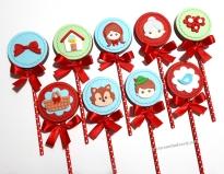 """Pirulitos de chocolate """"Chapeuzinho Vermelho""""! Laço grande (5,00), Casa da vovó (7,00), Chapeuzinho vermelho com cabelo preso (8,00), Vovó (8,00), Trio de flores cor única (5,00), Cestinha plana (6,00), Lobo plano (8,00), Caçador (8,00), Passarinho (6,00)"""