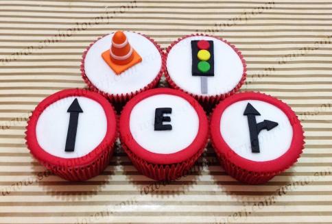 Cupcakes Carros! Cone de sinalização 3D (D), Sinal de trânsito (C), Placas de sinalização (C)