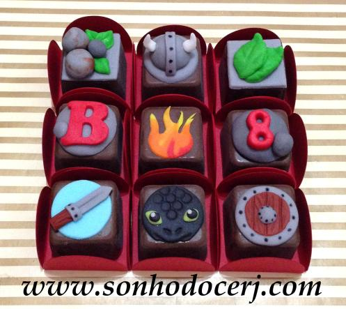 """Bombons Modelados """"Como treinar o seu dragão""""! Pedras com folhinhas (3), Capacete Viking (7), Folhas (2), Letra com pedra (2), Fogo (3), Número com pedra (2), Espada (4), Banguela (7), Escudo (4)"""