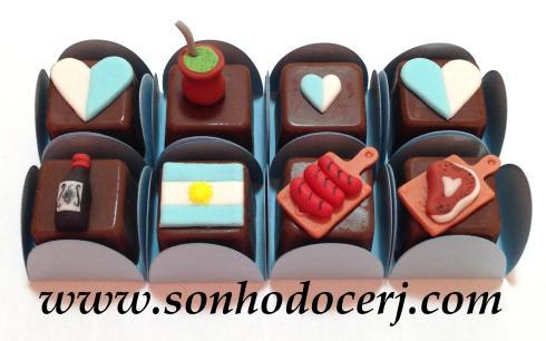 Bombons Modelados Argentina! Coração grande bicolor (1), Coração pequeno bicolor (1), Chimarrão 3D (5), Garrafa de vinho (5), Bandeira Argentina (4), Tábua com linguiça (4), Tábua com bife (4)