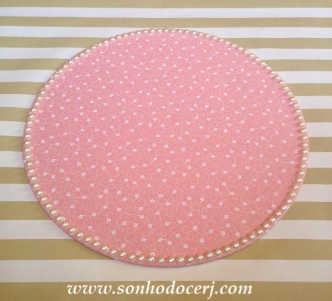 Bandeja revestida em tecido floral e decorada com pérolas (R$55,00) Medida: 33cm diâmetro PEÇA ÚNICA! Pronta entrega!