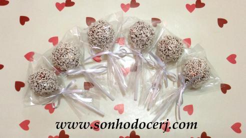 Cake Pops com granulado branco!