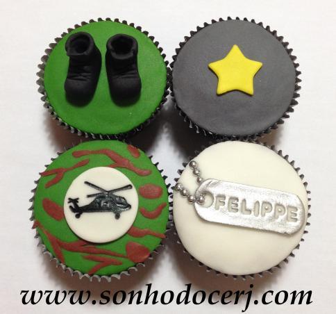 Cupcakes Exército! Botas 3D (E), Estrela (B), Helicóptero com fundo camuflado (H), Pingente com nome (E)