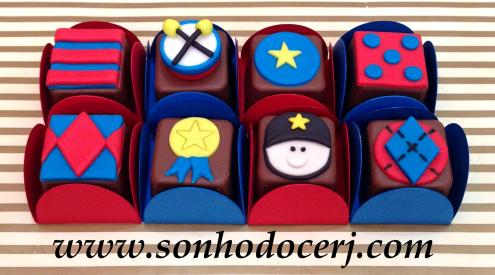 Bombons Modelados Soldadinho de Chumbo! Listras (2), Tambor 3D (6), Estrelinha (2), Bolinhas (2), Estampa losangos com fundo quadrado (3), Medalha (3), Soldadinho (6), Estampa losango pontilhado com fundo redondo (3)