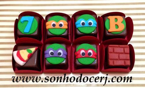 Bombons Modelados Tartarugas Ninja! Número com fundo redondo (2), Tartaruga com máscara laranja Michelangelo (6), Tartaruga com máscara azul Leonardo (6), Letra com fundo redondo (2), Fatia de Pizza (3), Tartaruga com máscara roxa Donatello (6), Tartaruga com máscara vermelha Raphael (6), Muro (2)