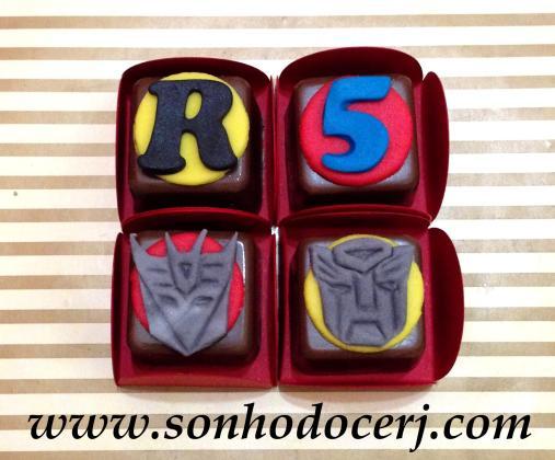 Bombons Modelados Transformers! Letra com fundo redondo (2), Número com fundo redondo (2), Máscara Decepticons (8), Máscara Autobots (8)