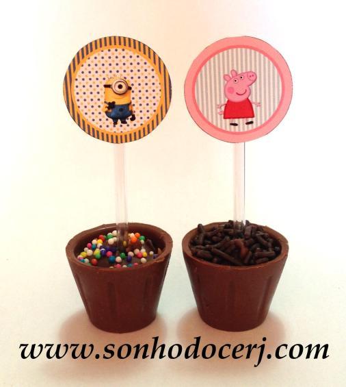 Há a opção de decorar o copinho de chocolate com um lindo topper!!