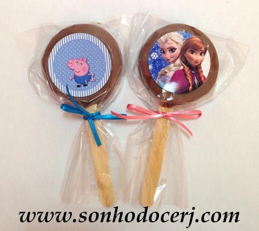 Biscoito com recheio artesanal coberto com chocolate! Há a opção de decorá-lo com um adesivo personalizado!