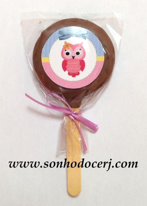 Biscoito com recheio artesanal coberto com chocolate! Há a opção de decorá-lo com um adesivo personalizado! Criamos o layout e o nome pode ser inserido!