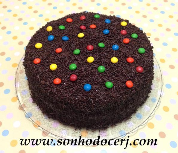 O tradicional bolo de brigadeiro!! (os M&M's do topo são opcionais!)