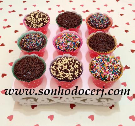 Cupcakes! Cobertos com o mesmo sabor do recheio e decorados com cofeitos!