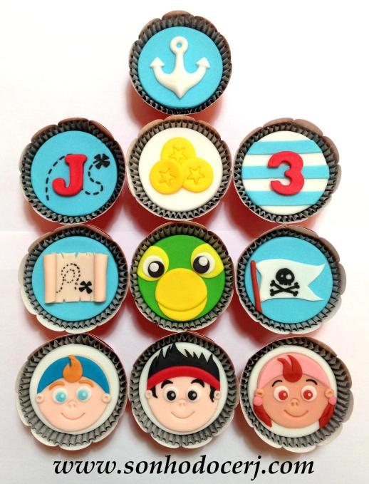 Cupcakes Jake e os Piratas! Âncora (B), Letra com fundo mapa (C), Moedas (B), Número com fundo listrado (C), Mapa do tesouro (C), Papagaio Skully (D), Bandeira pirata (D), Rostinho Cubby (E), Rostinho Jake (E), Rostinho Izzy (E)