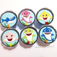 """Cupcakes """"Baby shark""""! Tubarão filho (10,00), Tubarão pai (10,00), Tubarão mãe (10,00), Tubarão avô (10,00), Tubarão avó (10,00)"""